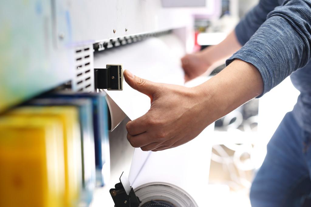 Maszyna drukarska.Cyfrowy druk wielkoformatowy. Kolorowe tonery drukarskie.